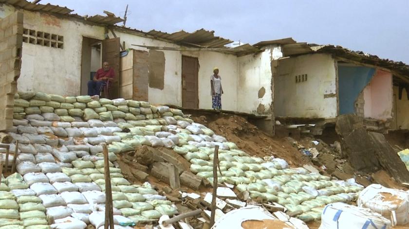 Erosão na Costa do Marfim. Cemitérios ancestrais, casas e negócios engolidos pelo mar