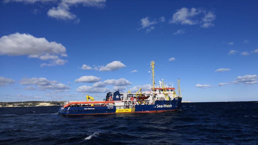 Sea Watch 3. Migrantes e tripulação exaustos após duas semanas no mar