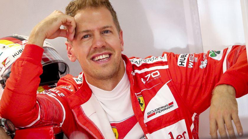 Vettel quer igualar Juan Manuel Fangio como segundo piloto com mais títulos de sempre. Foto: Diego Azubel/EPA
