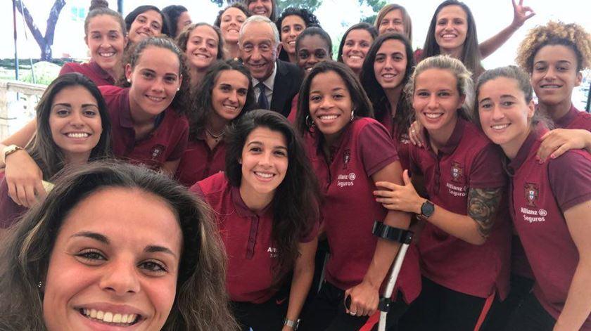 As jogadoras portuguesas com Marcelo. Foto: Facebook FPF