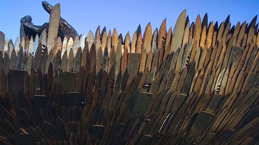 Anjo de 100 mil facas como tributo às vítimas do crime no Reino Unido