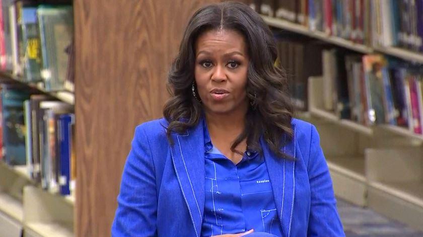 """""""Becoming"""". Em novo livro, Michelle Obama não poupa críticas a Trump"""