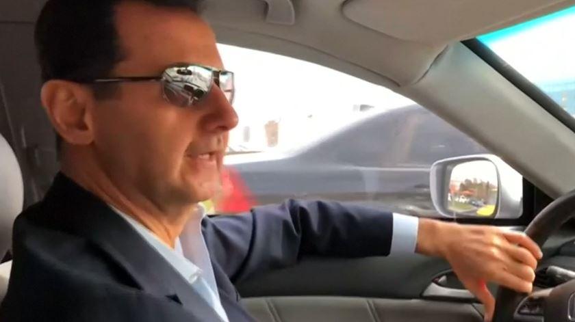 """Bashar al-Assad conduziu pela Síria para """"ir ver a situação"""" de Ghouta"""