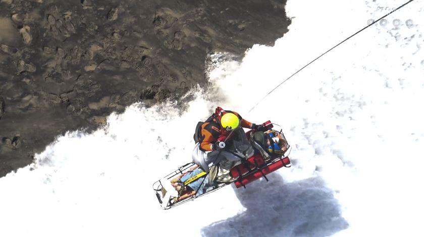 Força Aérea resgata as vítimas da derrocada na praia da Ursa