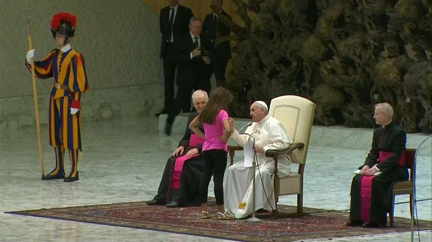 Papa deixa menina brincar durante audiência geral