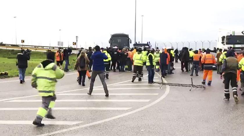 Estivadores em protesto bloqueiam autocarro com trabalhadores contratados