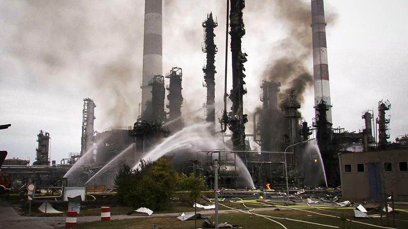 Forte explosão em refinaria na Alemanha faz oito feridos