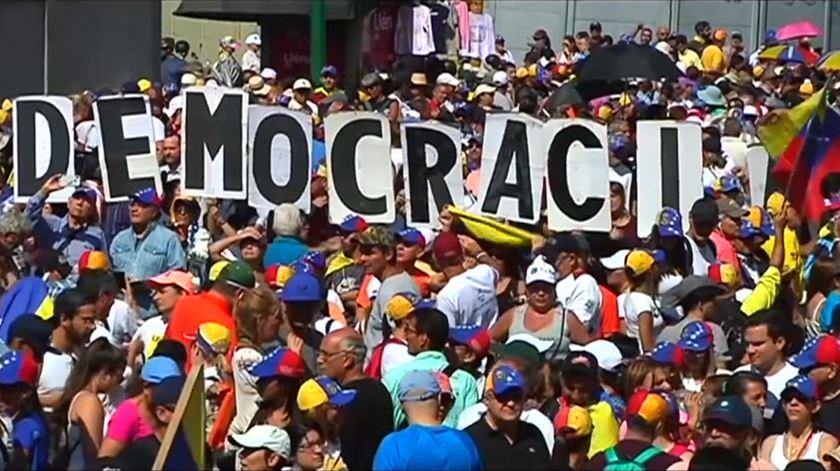 """Manifestações em Caracas. """"Nasci numa democracia e vou morrer numa democracia"""""""