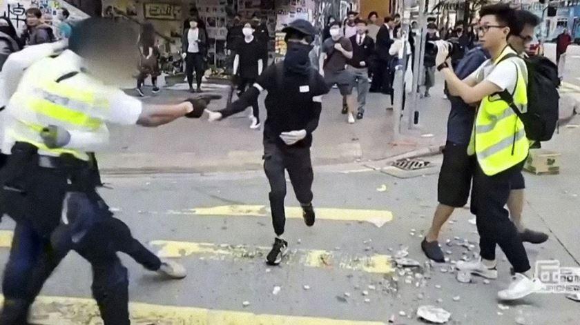 Jovem baleado pela polícia de Hong Kong em estado crítico