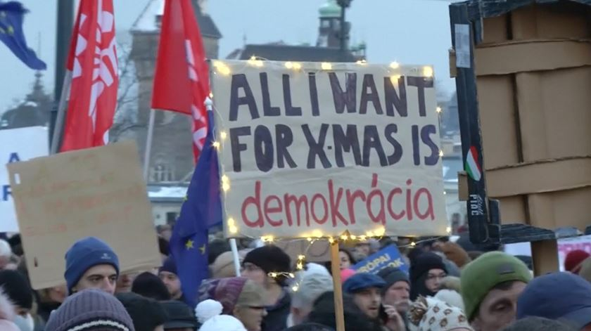 """Milhares protestam na Hungria contra a """"lei da escravatura"""""""