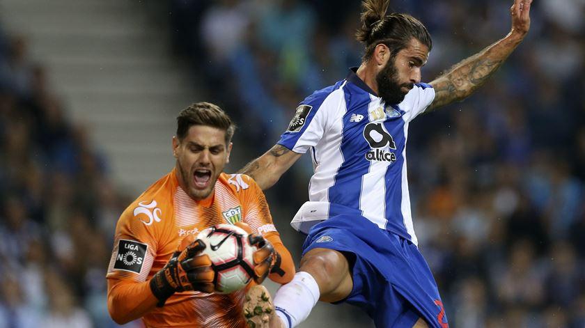 Sérgio Oliveira pode fazer esquecer Herrera, no regresso ao Dragão. Foto: José Coelho/Lusa