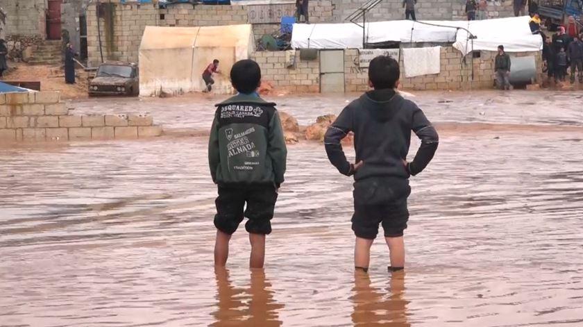 Cheias no norte da Síria causam destruição em campos de refugiados