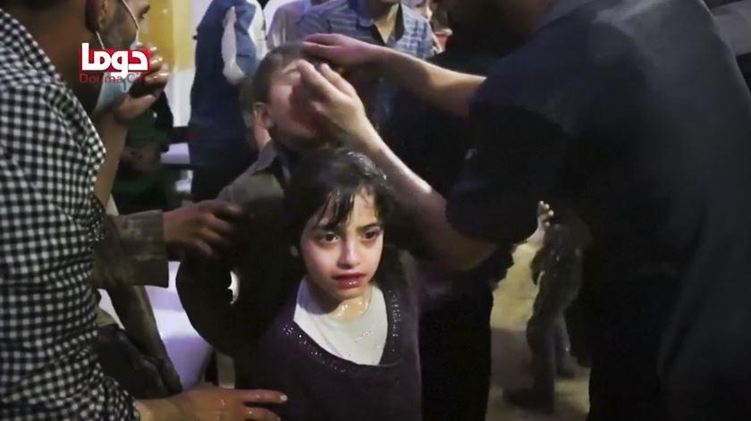 Imagens chocantes denunciam ataque químico. Rússia e Síria desmentem ataque