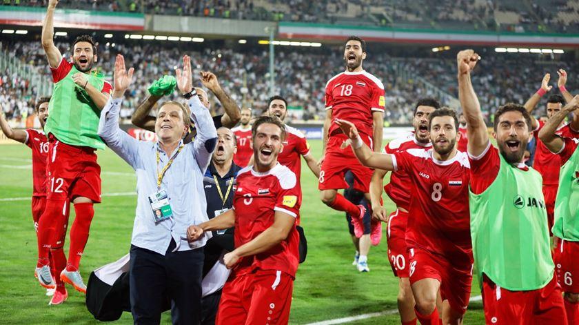 Jogadores sírios celebram apuramento para o play-off. Foto: Abedin Taherkenareh/EPA