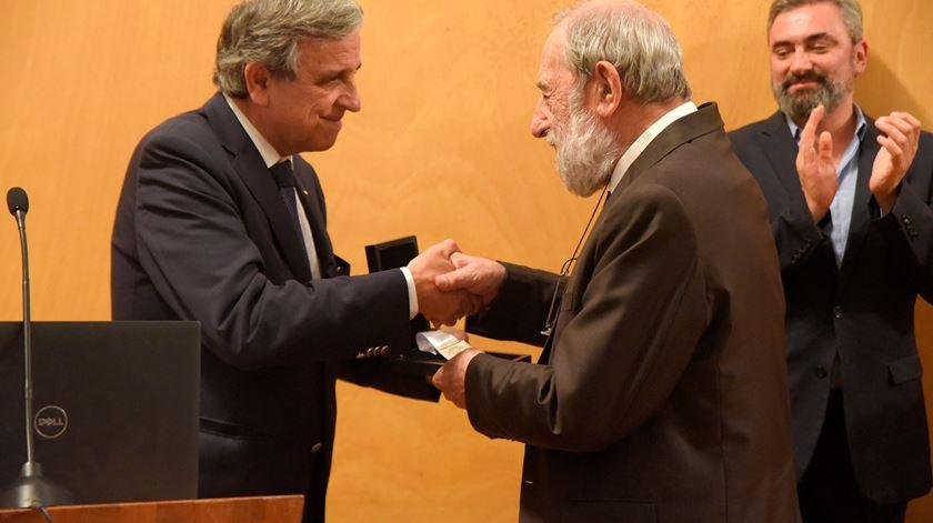 Siza Vieira recebe das mãos do reitor a Medalha de Mérito da Universidade do Porto Foto: Egídio Santos