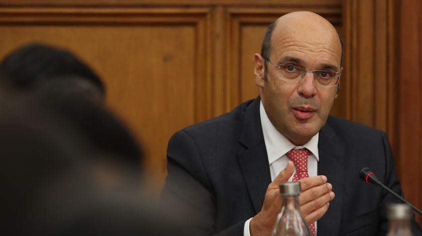 """Siza Vieira discorda """"que a via fiscal seja a melhor forma de apoiar as empresas"""""""