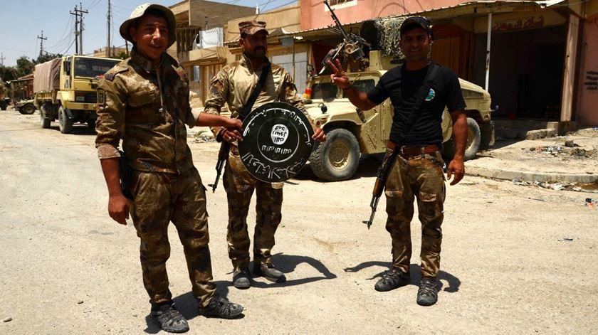 Soldados iraquianos com troféu do Estado Islâmico. Foto: Omar Alhayali/EPA