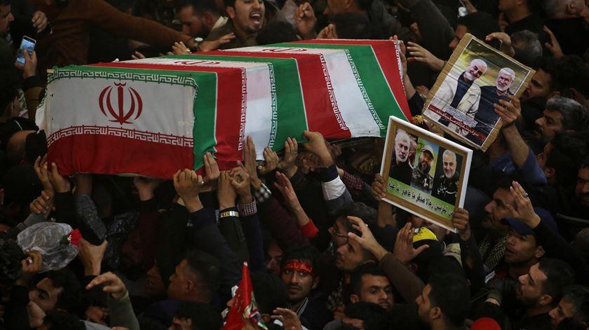 """""""A resistência sairá vitoriosa"""". Milhares de pessoas prestam homenagem a Soleimani, em Bagdad"""