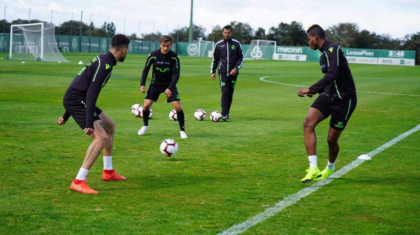 Sporting prepara V. Guimarães com todos menos Battaglia
