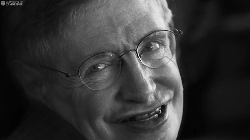 """Stephen Hawking. """"Estão a ouvir-me? Lembrem-se de olhar para as estrelas"""""""
