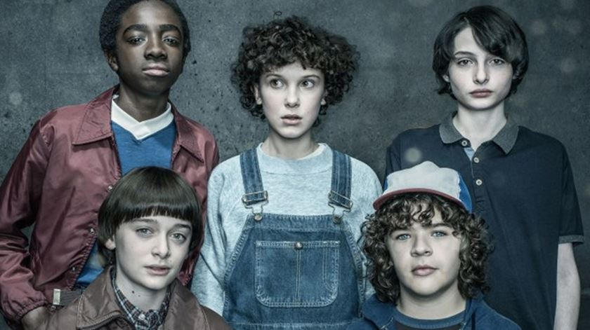 """Jovens atores de """"Stranger Things"""" vão receber salários milionários na terceira temporada"""