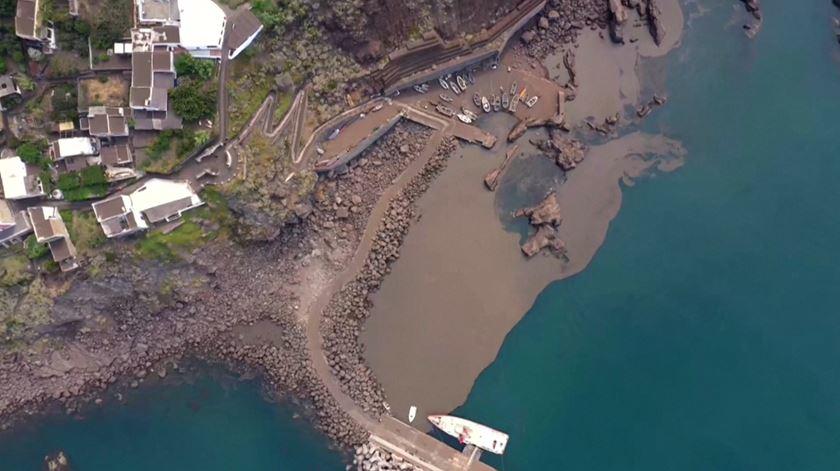 Mar de cinzas em Stromboli após erupção de um dos mais ativos vulcões da Europa