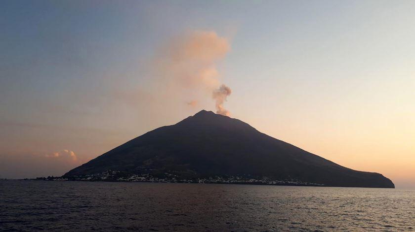 Vulcão Stromboli, no sul de Itália, volta a entrar em erupção