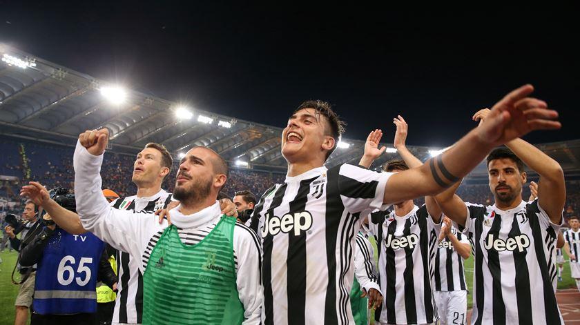 Sturaro, de colete verde, festeja conquista do título pela Juventus. Foto: Alessandro Bianchi/Reuters