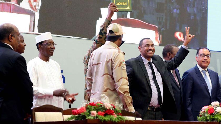 Militares e civis assinam acordo de transição no Sudão