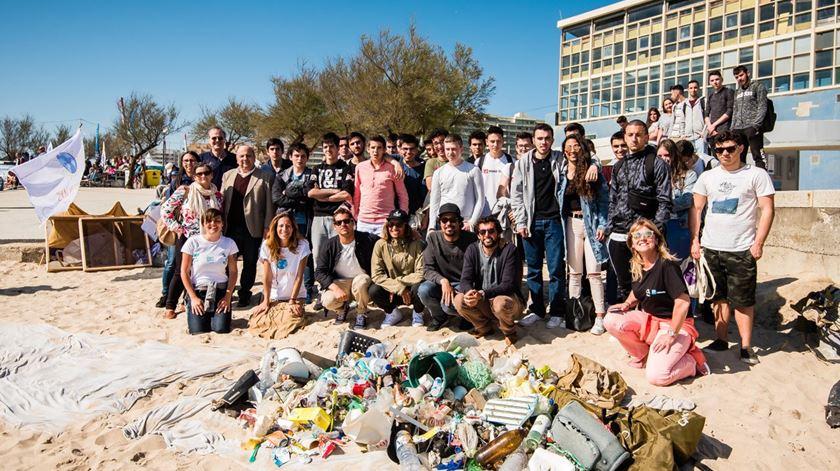 Surfistas recolhem 250 quilos de plástico no Porto
