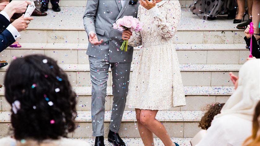 Pagar mais para adiar casamentos. A angústia dos noivos e das empresas