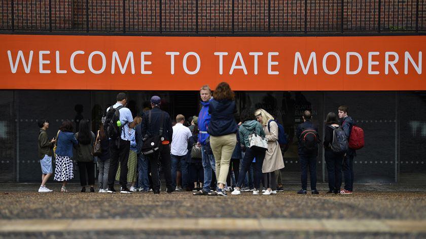 Menino empurrado do 10.º andar da galeria Tate Modern está fora de perigo
