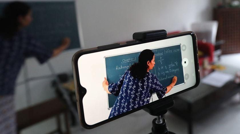 Pais e diretores escolares avisam: aulas à distância exigem novas estratégias