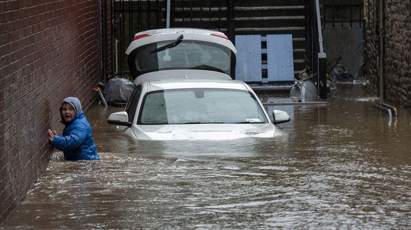 Reino Unido. Tempestade Dennis já provocou dois mortos