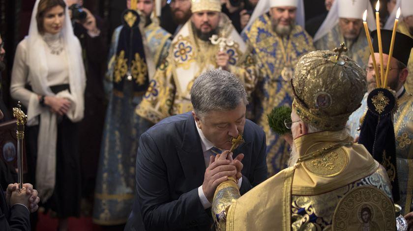 """Presidente da Ucrânia, durante a cerimónia de entrega do """"tomos"""" ao primaz da nova Igreja Ortodoxa da Ucrânia. Foto: Tolga Bozoglu/EPA."""