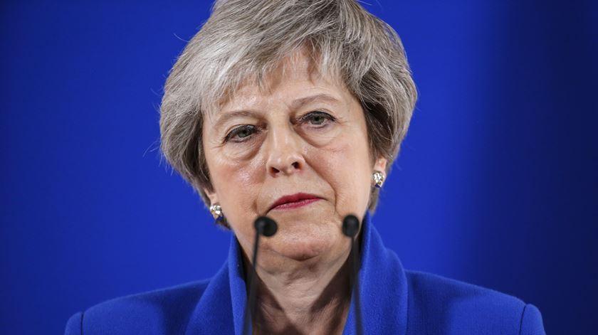 Como funciona a moção de censura que Theresa May vai enfrentar