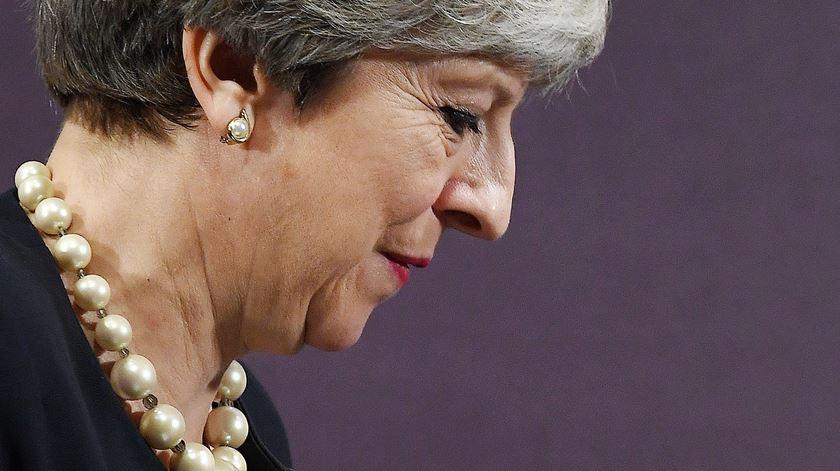 Theresa May enfrenta moção de censura do seu partido