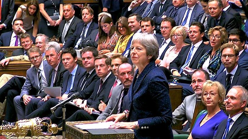 """Gargalhadas no Parlamento britânico quando May elogia """"paixão"""" de Boris Johnson"""