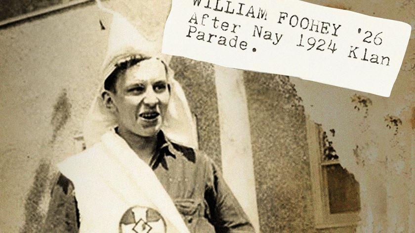 William Foohey, estudante católico, com uma túnica e capuz roubados a um elemento do Ku Klux Klan. Foto: University of Notre Dame Archives