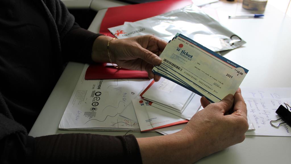 """Foram pedidos """"tickets"""" para as pessoas poderem comprar carne e peixe nos supermercados. Foto: Liliana Carona/RR"""