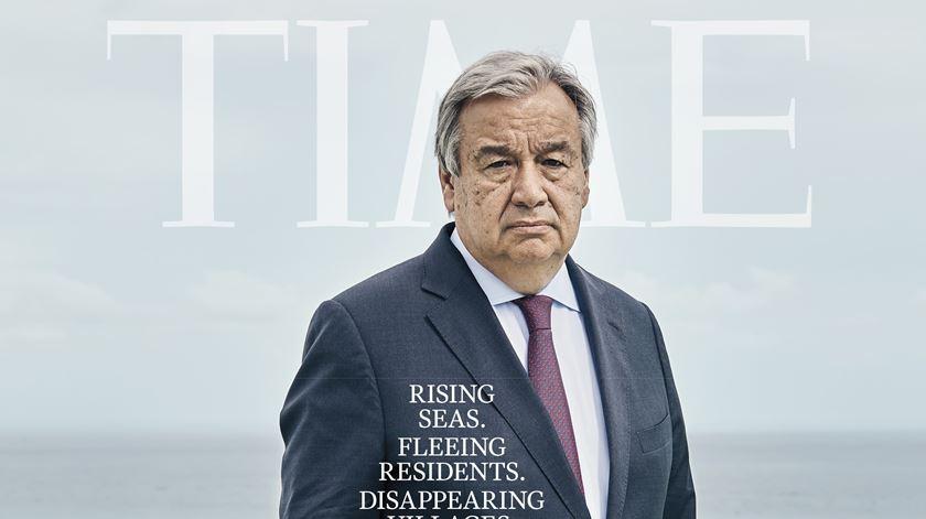 """Alterações climáticas. Guterres com água pelos joelhos na capa da """"Time"""""""