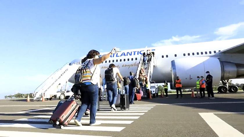 Avião de repatriamento de portugueses em Timor a caminho de Portugal
