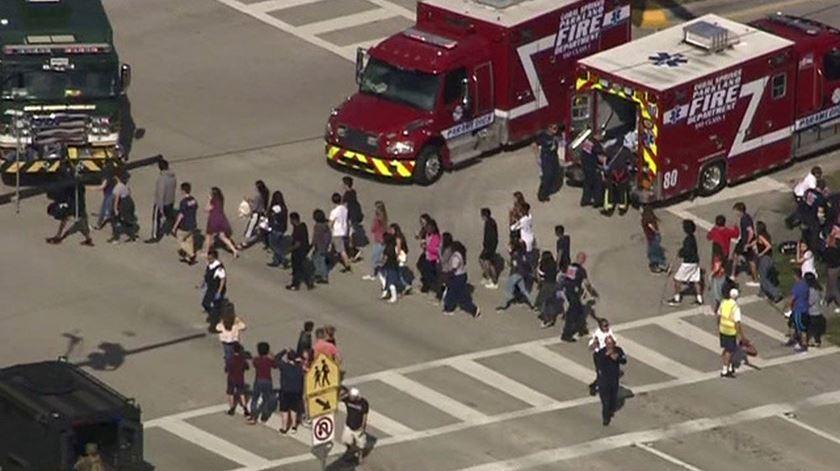 Pelo menos 16 mortos em tiroteio em escola da Florida