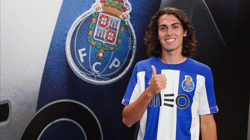 """FC Porto. Tomás Esteves renova com """"o clube do coração"""""""