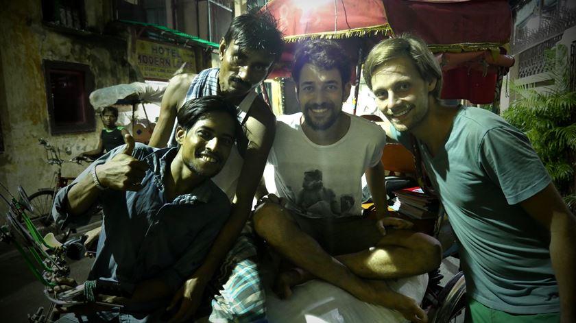 Um pedaço de plástico, rede e livros. Como Tomás está a ajudar centenas de famílias na Índia