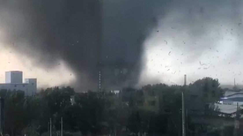 As impressionantes imagens do tornado que fez 6 mortos e 190 feridos no nordeste da China