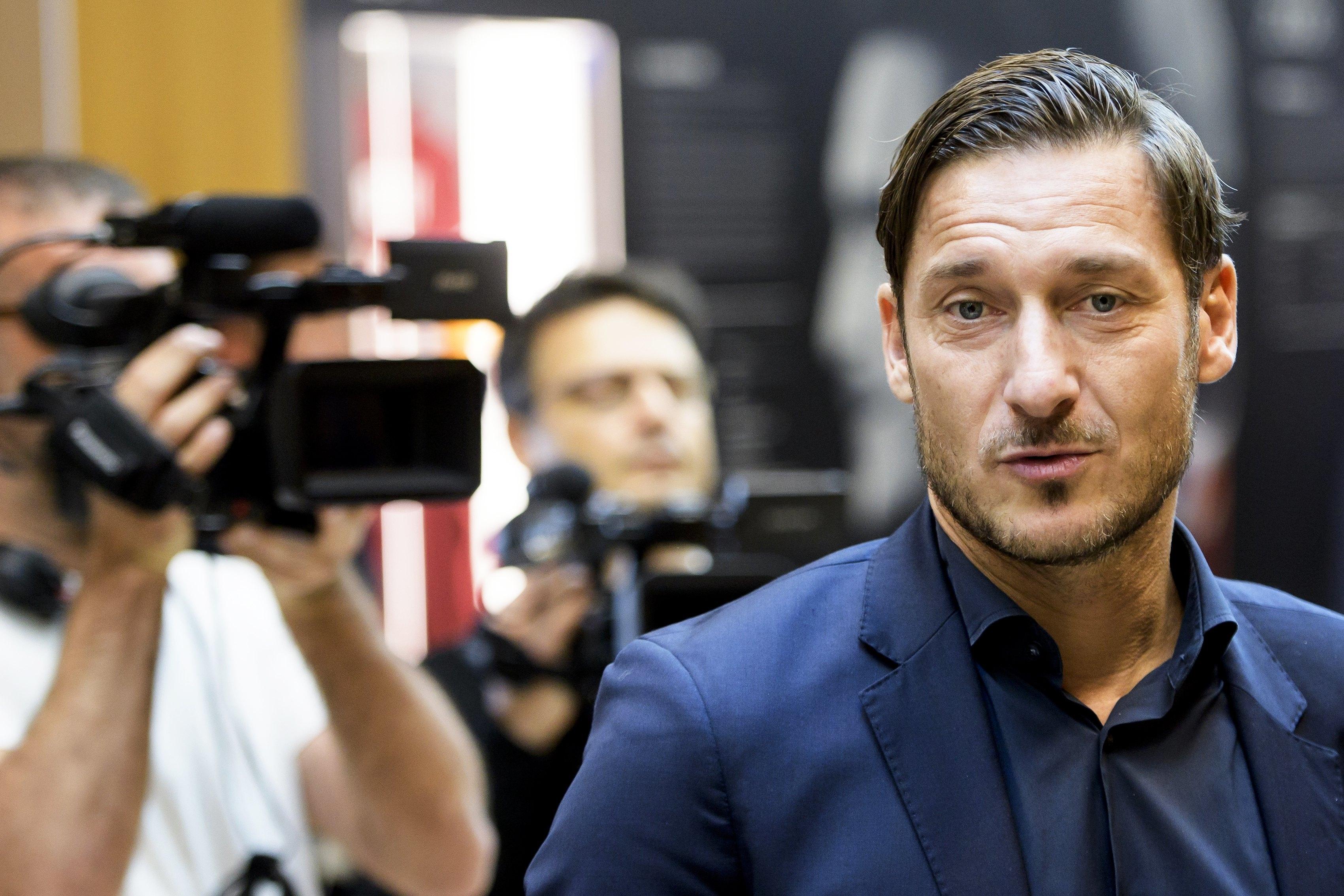 Totti terminou a carreira de jogador e assumiu funções como dirigente da  Roma. Foto  Jean Christophe Bott EPA a83154dd4d519