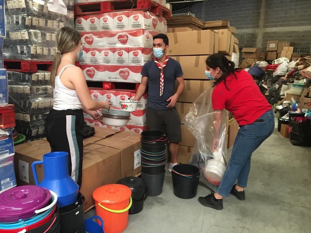 Voluntários fazem triagem e embalamento do material doado. Foto: DR