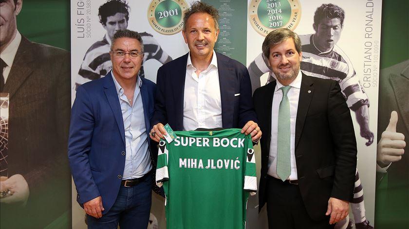 Mihalojvic no momento da oficialização do acordo com Bruno de Carvalho Foto: Sporting
