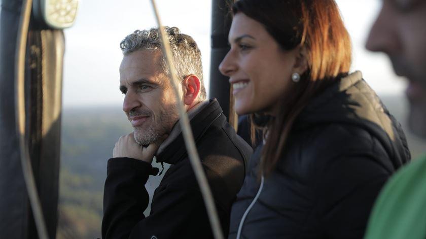 O escritor José Luís Peixoto e a jornalista Patrícia Carvalho também fizeram parte desta aventura num balão de ar quente Foto: Ricardo Fortunato/RR